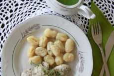 Przepis na Pork tenderloin with rosemary and gnocchi with cucumber mustard sauce.