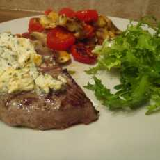 Przepis na Beef steak with gorgonzola with grilled mushrooms and cherry tomatoes on the side