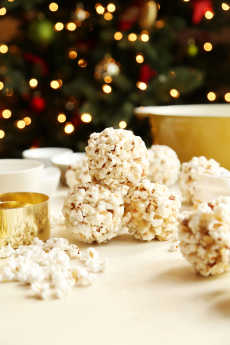 Przepis na Buttery Eggnog-ish Candied Popcorn Balls