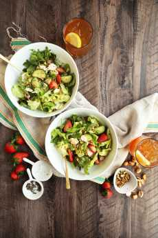 Przepis na Spring Strawberry Salad with cucumber and feta