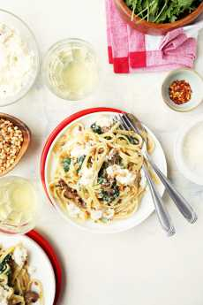 Przepis na Creamed Spinach Pasta with Sausage and Pine Nuts