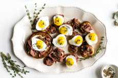 Przepis na Sunday Brunch: Breakfast Yorkshire Puddings with Roast Beef and Eggs